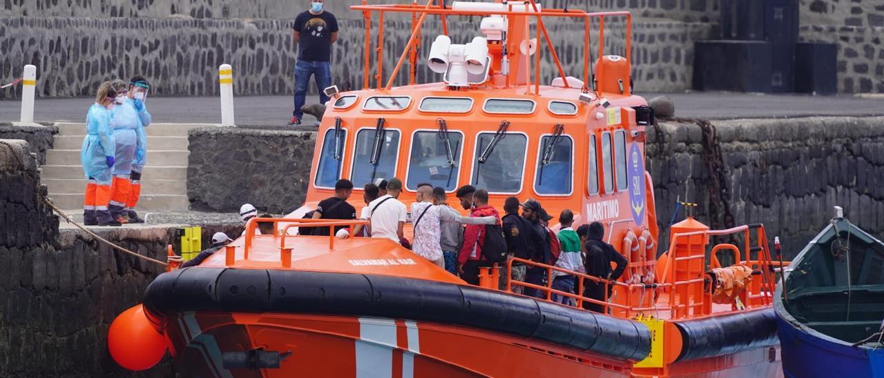 Migrantes en el Muelle Comercial de Arrecife en la embarcación de Salvamento Marítimo.