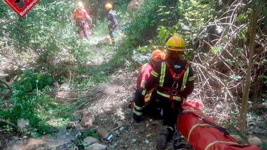 Rescatan a un joven de 18 años tras caer por un barranco de 15 metros en Alcoy