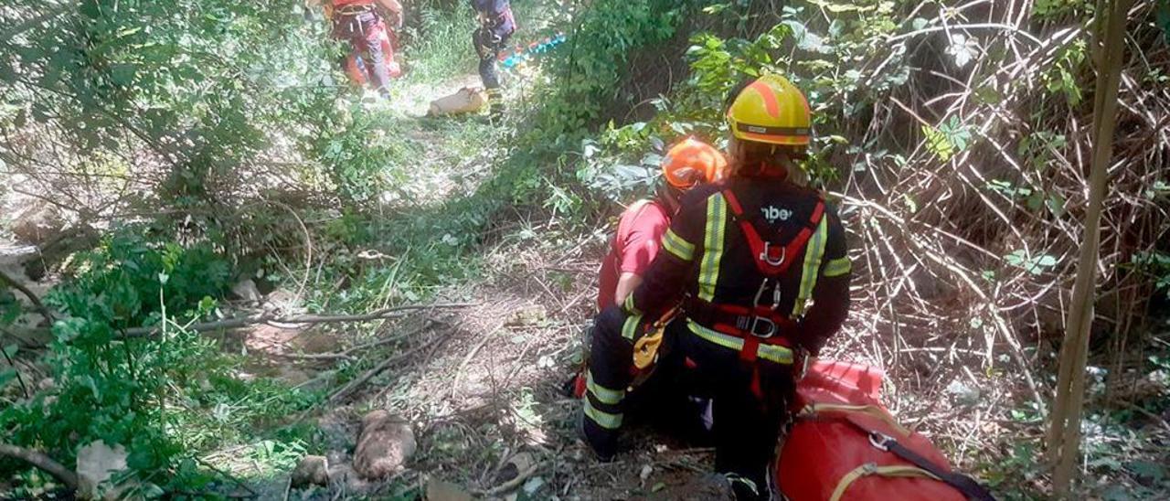 Rescate del joven de 18 años accidentado en un barranco en el casco urbano de Alcoy este martes.