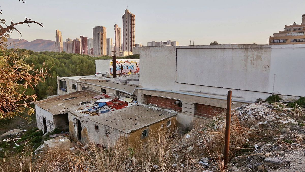 The building of the old industrial laundry located on the land expropriated by the City Council.