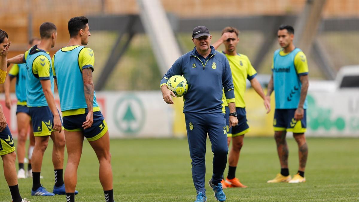 Pepe Mel, junto a varios jugadores, en un entrenamiento esta semana.