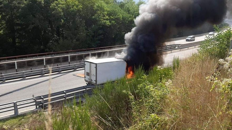 L'incendi d'un camió carregat de fusta a Espinelves obliga complica la circulació per l'Eix
