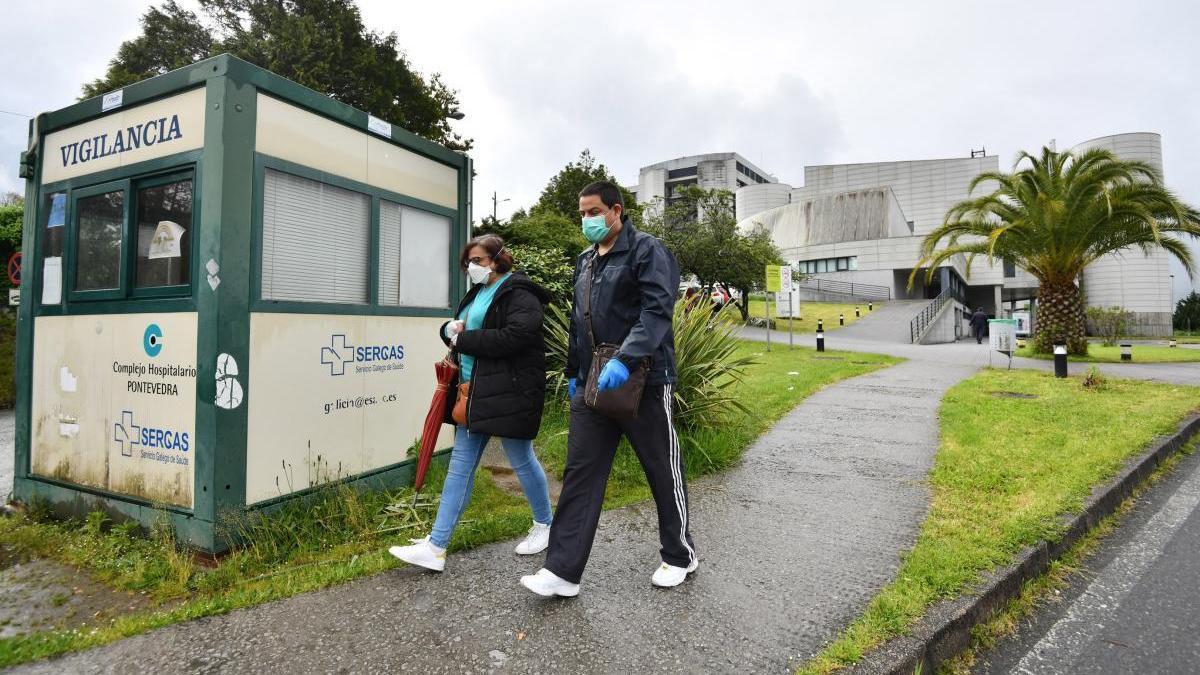 Personas con mascarilla en Hospital Montecelo de Pontevedra durante la crisis del coronavirus. // Gustavo Santos