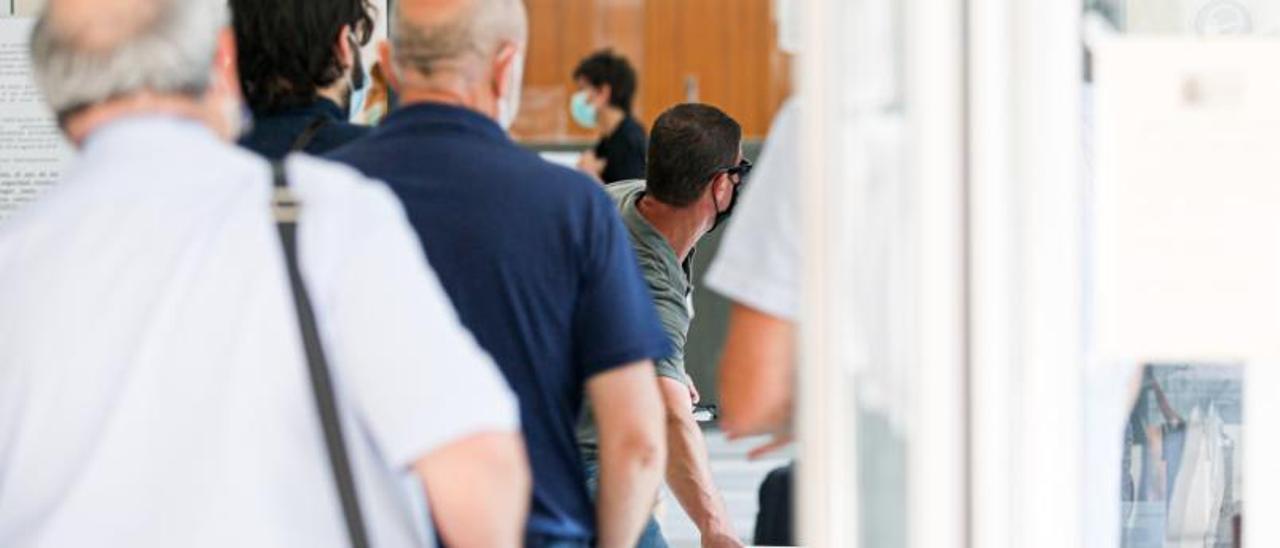 Los acusados en el banquillo durante la segunda sesión del robo al Grupo de Empresas Matutes.   TONI ESCOBAR