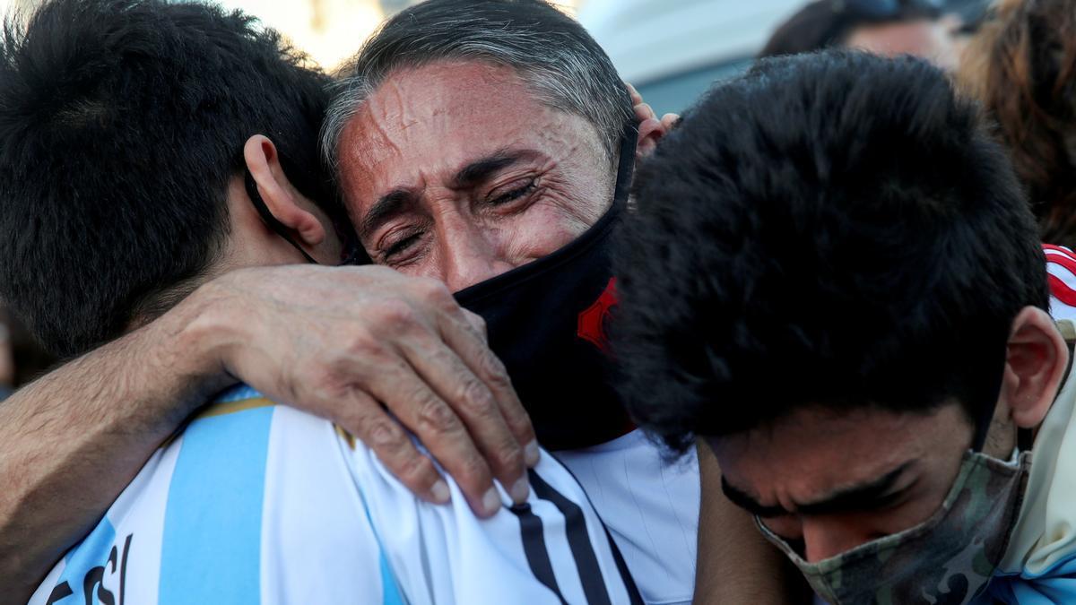 Incondicionales de Maradona lloran su muerte el día del velatorio en la Casa Rosada.