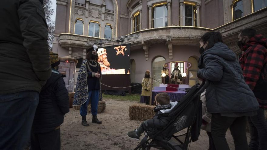 Famílies desfilen il·lusionades pel Parc de Reis de Manresa