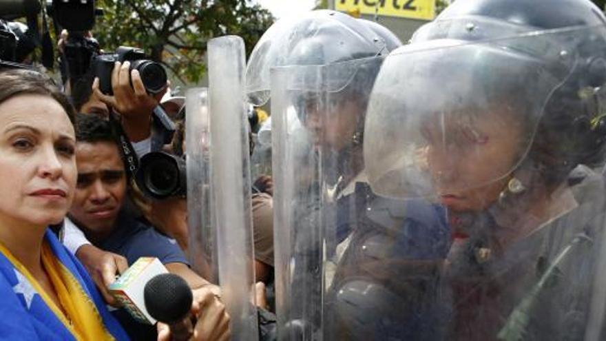 La Policía reprime a los simpatizantes de Machado