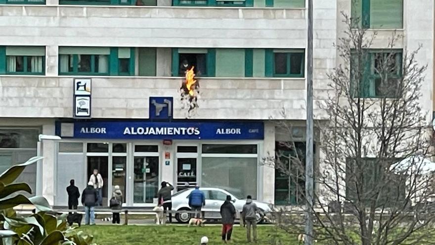 """Susto en el """"solarón"""": un individuo sale a la ventana para quemar varias sábanas"""