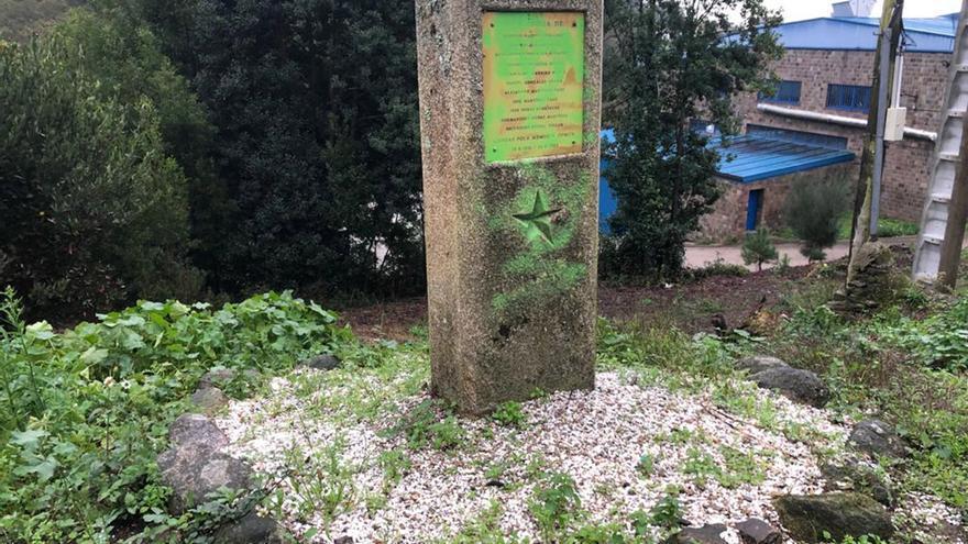 """Pintan de verde el monolito en homenaje a los """"Mártires de Anguieiro"""""""