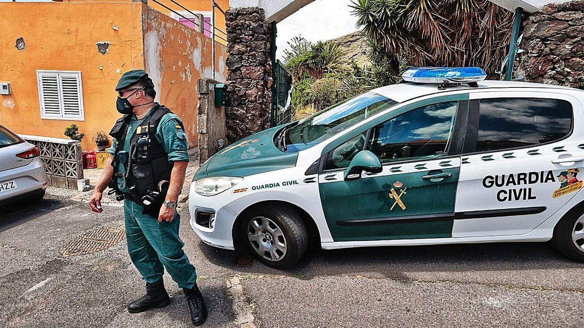 Un miembro de la Guardia Civil, durante el registro de la casa de Gimeno el pasado lunes.