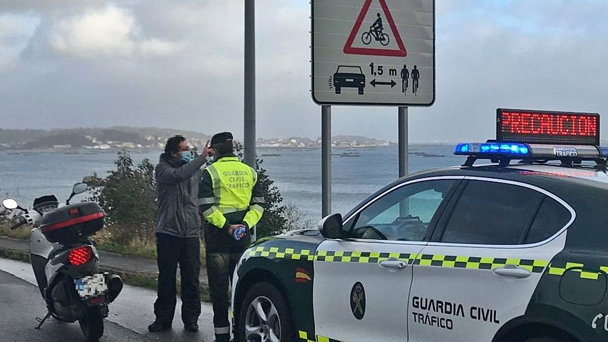 Conductor de moto interceptado sin casco en la AC-305, a su paso por Boiro. |   // GUARDIA CIVIL