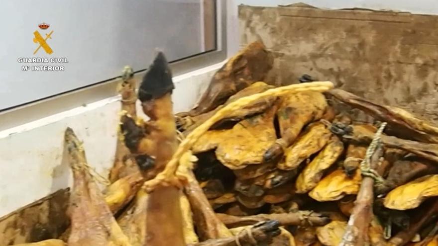 La Guardia Civil interviene más de 63.100 jamones y envases de lomo con etiquetas manipuladas en Badajoz y otras provincias