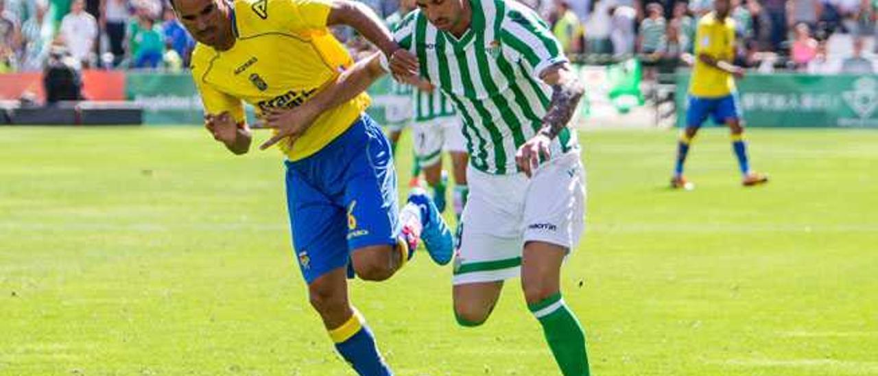 Ángel López defiende a Vincenzo Rennella durante el Betis-UD Las Palmas disputado en el Benito Villamarín.