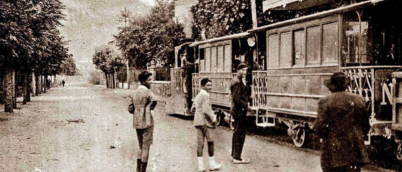 El tranvía en la calle Galán de Salinas.
