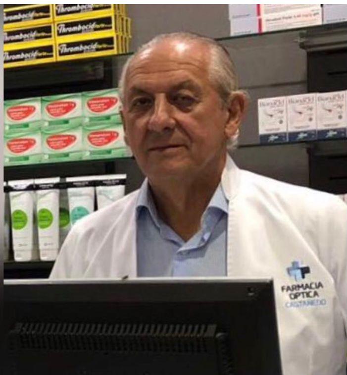 El boticario Luis Menéndez-Castañedo. en su negocio de Salas.