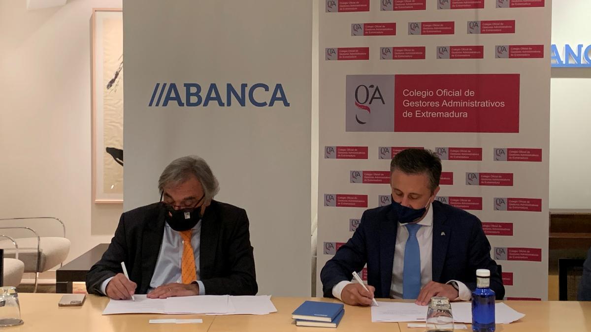 el presidente del Colegio Oficial de Gestores Administrativos de Extremadura, José Manuel Mariño, y el director territorial de ABANCA en Extremadura-Sur, Óscar Salgado.