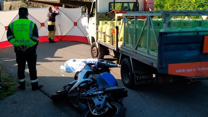 Muere un motorista de 33 años tras chocar contra un camión de reparto en Ribeira