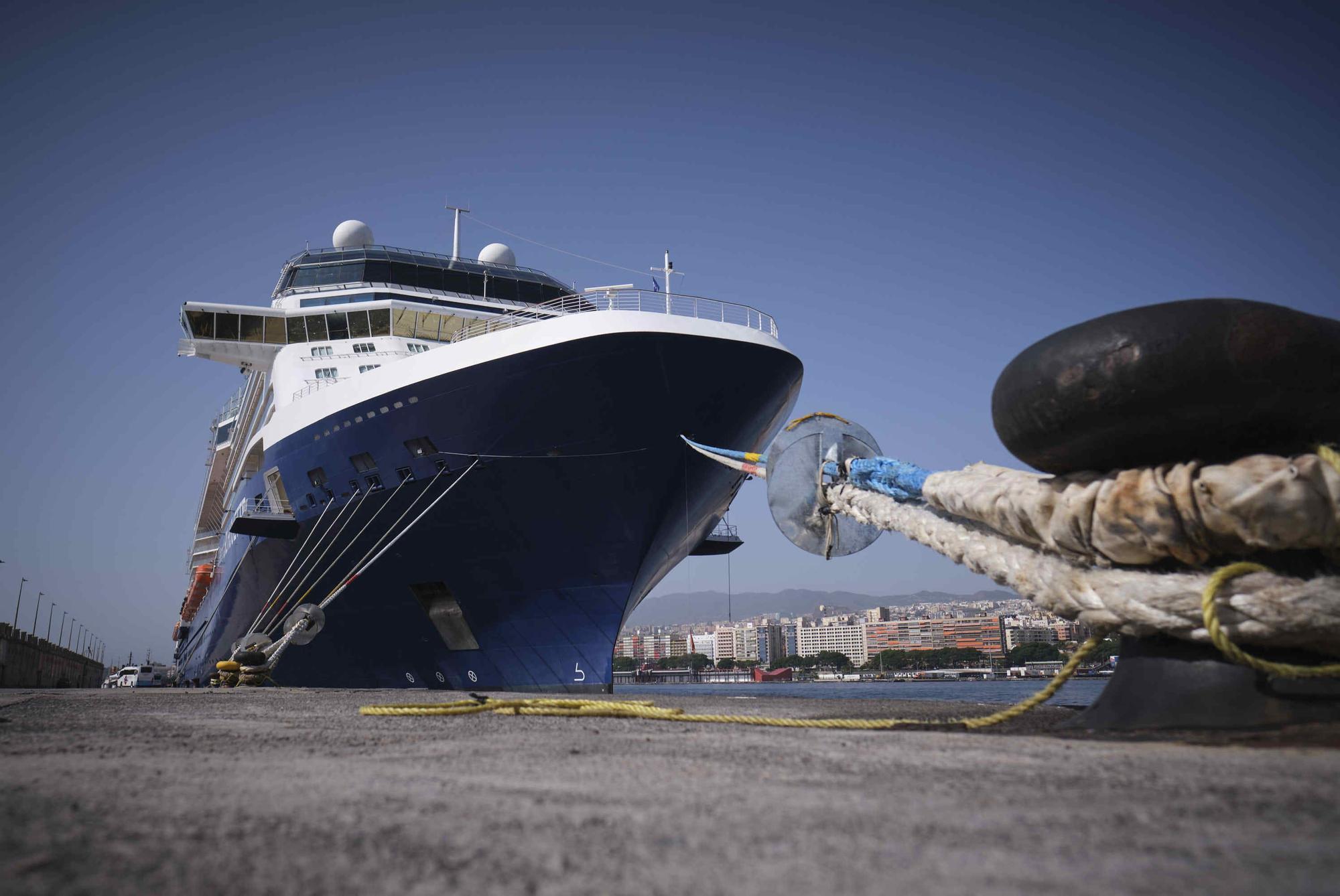 El crucero Celebrity Silhouette atracado este sábado en el Puerto de Santa Cruz de Tenerife.