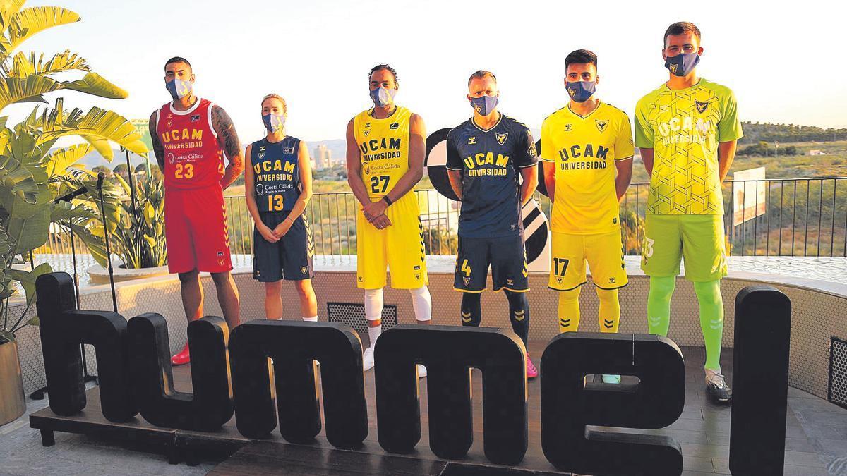 Los jugadores de los equipos de baloncesto y fútbol posan con sus equipaciones.