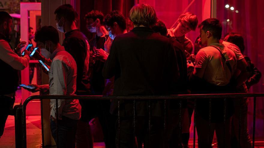Jóvenes trafican con pasaportes covid y PCR falsos para entrar en las discotecas