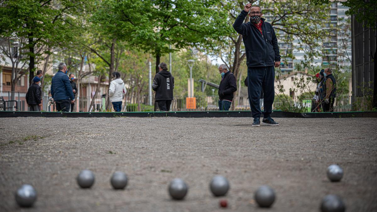 Unos jubilados juegan a la petanca en un parque. El Gobierno plantea endurecer los retiros anticipados.