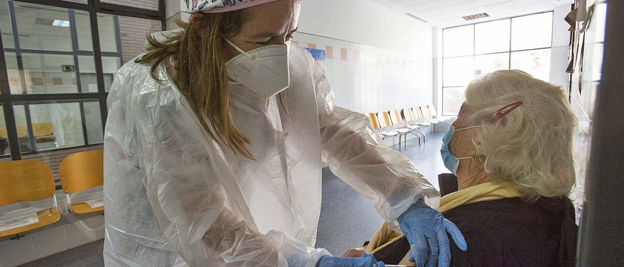 Vacunación a mayores de 80 años en un centro de salud de la provincia de Alicante. | PILAR CORTÉS