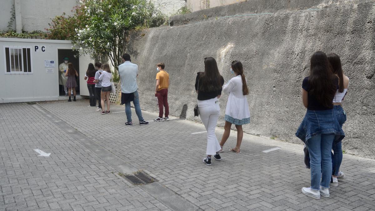 Estudiantes en la ciudad hacen cola para un cribado