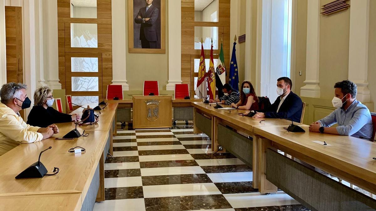 La corporación municipal y los feriantes, en la reunión para estudiar la viabilidad de San Fernando, este miércoles.
