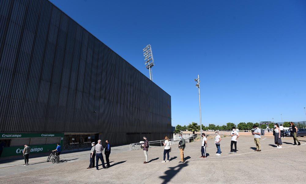 Colas para la adquisición de entradas del Córdoba CF Cádiz CF B