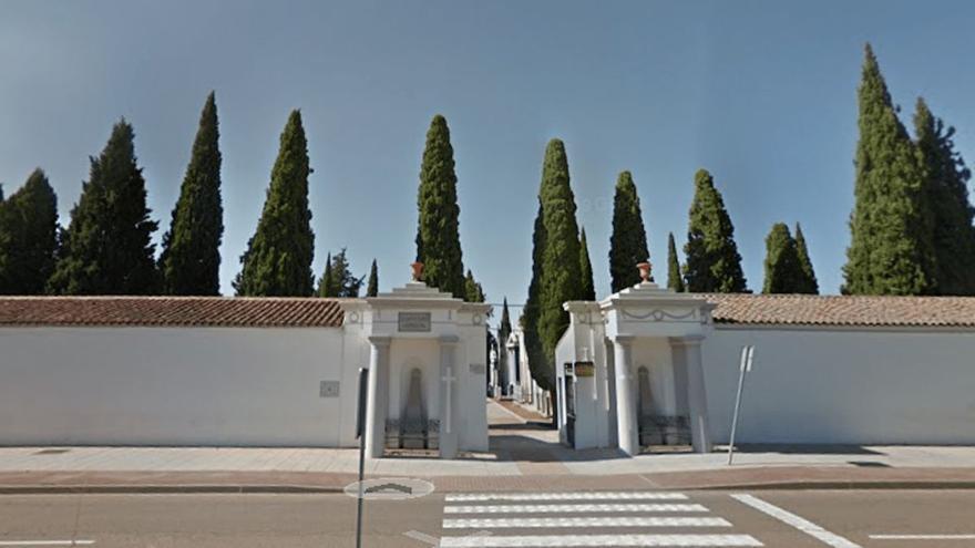 El Ayuntamiento de Almendralejo reorganiza los horarios y los buses para ir al cementerio