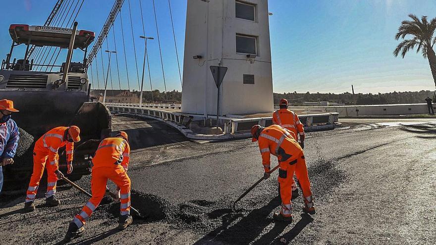 Un corrimiento de tierras causó dos socavones del puente del Bimil.lenari