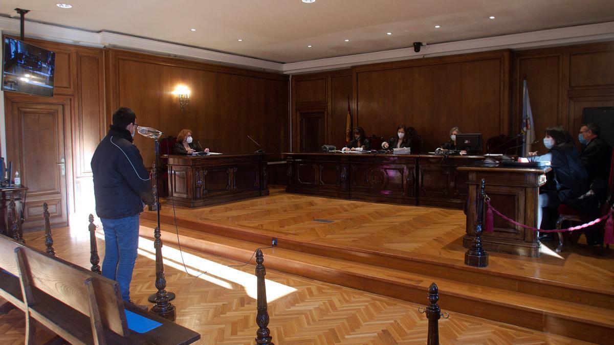 El acusado, ante la sala de la Audiencia de Pontevedra, este lunes en Pontevedra.
