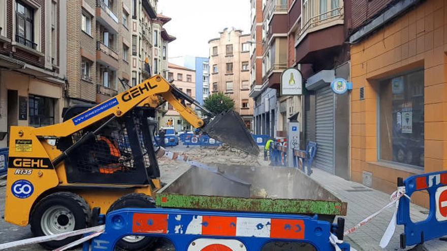 Espectacular derrumbe de la cornisa de un edificio en Gijón