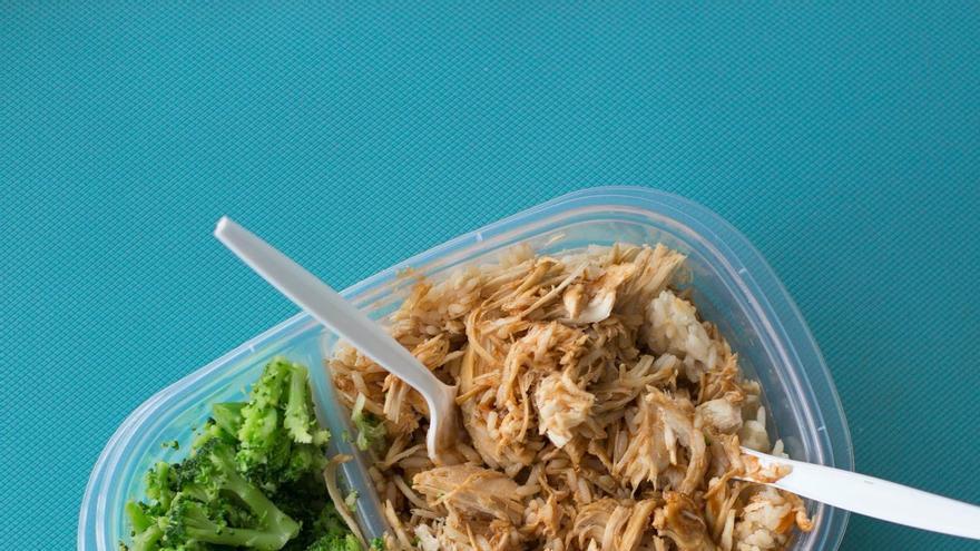 """Los peligros de comer en """"tupper"""" si se calientan en microondas"""