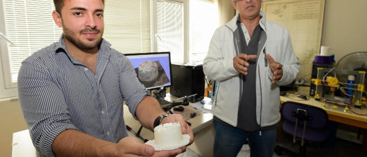 Andrés Alcántara mostrando la maqueta del Castillo de San Cristóbal, junto a Fernando Toscano, tutor del proyecto de modelado en 3D.