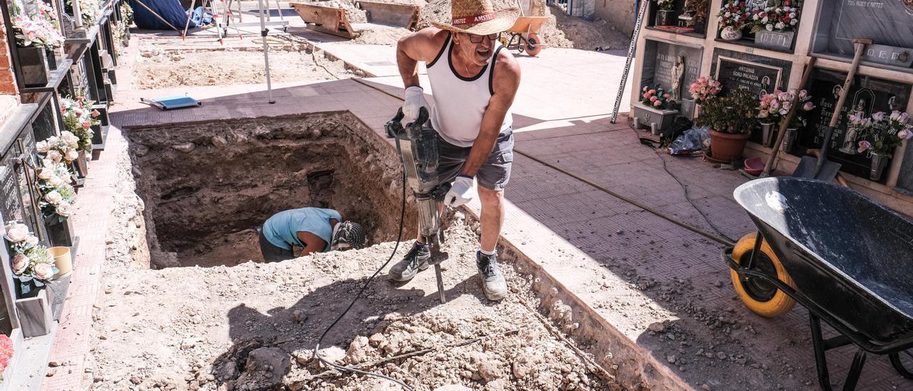 Excavaciones de represaliados de la Guerra Civil en el cementerio de Monóvar en agosto de 2020.