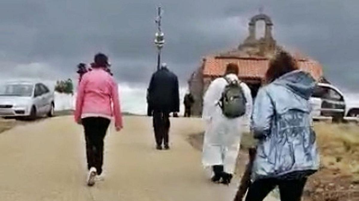 Subida de la Cruz a la ermita. | E. P.