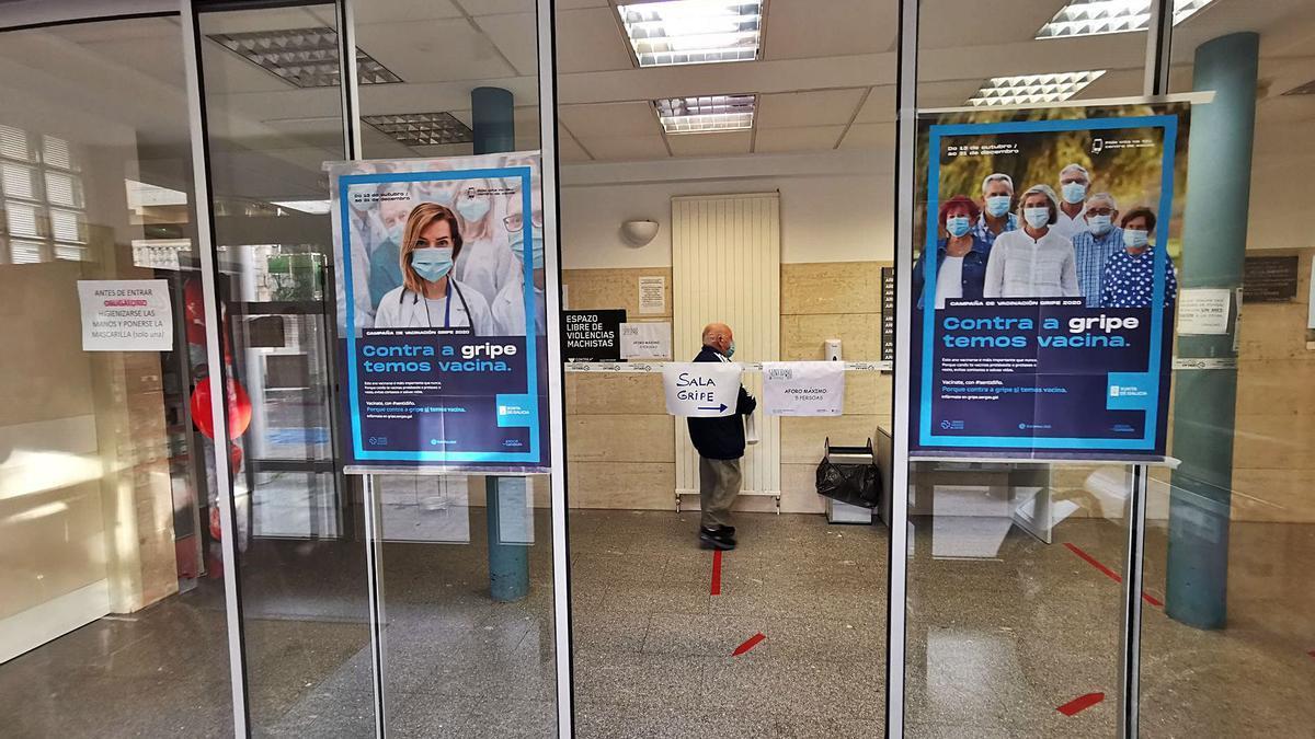 Entrada del Centro de Salud de Cangas en donde se ha establecido un circuito para la sala de vacunación de la gripe.   | // SANTOS ÁLVAREZ