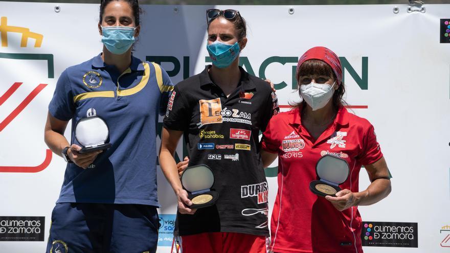 Eva Barrios reina en la vuelta de las piraguas a Sanabria