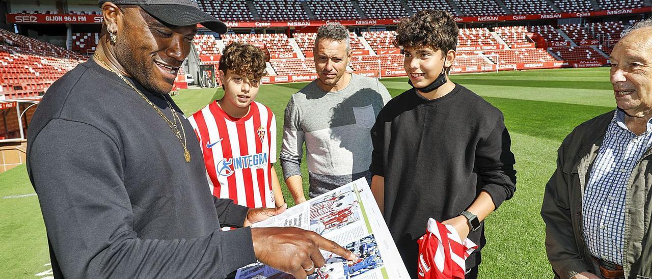 Por la izquierda, Babin observando la reproducción de las páginas de LA NUEVA ESPAÑA ante Álex, Marco, Pelayo y Silvino Vigil, ayer, en El Molinón. | M. León