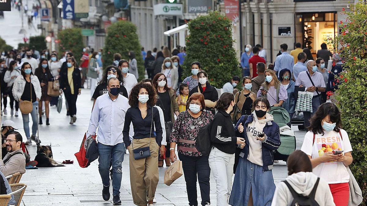 Gente paseando por la céntrica zona comercial en la calle Príncipe en Vigo. |   // JOSÉ LORES