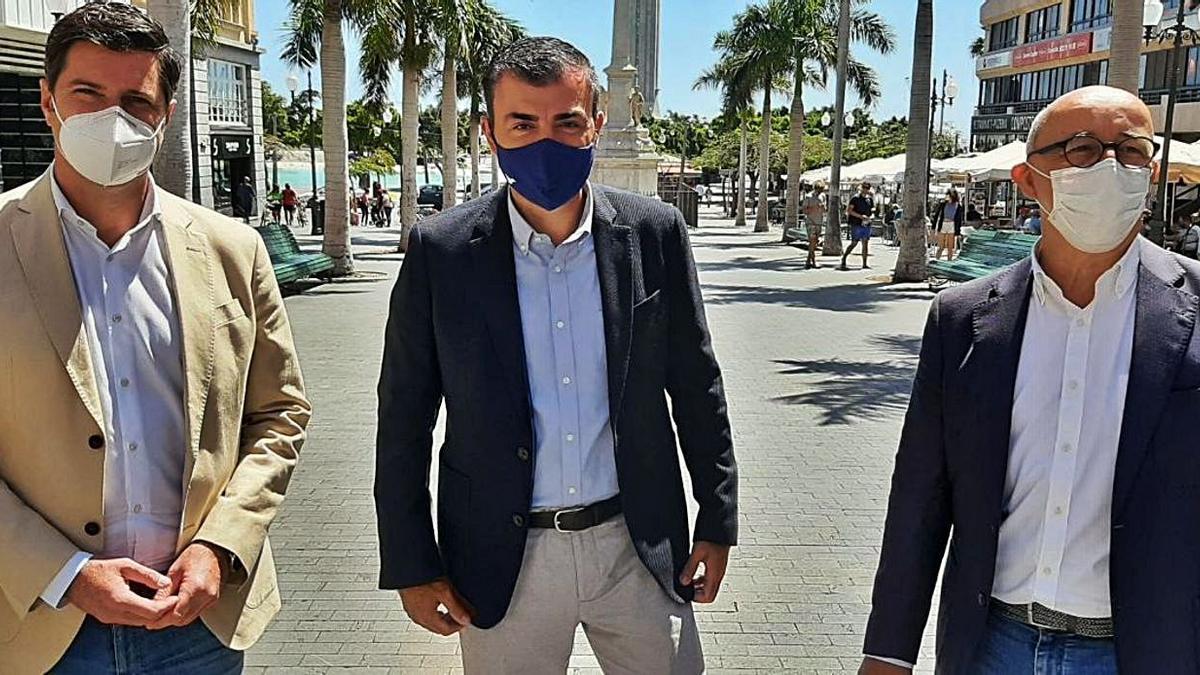 Manuel Domínguez (centro) ayer en Santa Cruz de Tenerife.