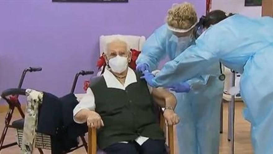 Una anciana recibe en Guadalajara la primera vacuna contra el covid en España