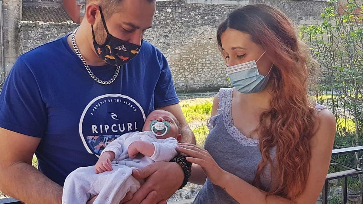 Amélie i Rafael miren, encisats, el seu fill Milán, a la seua casa de la Vall d'Ebo.   VICENTE BOLUFER