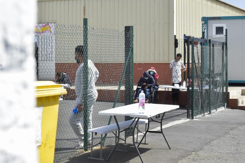 Inmigrantes a las puertas del campamento Canarias 50