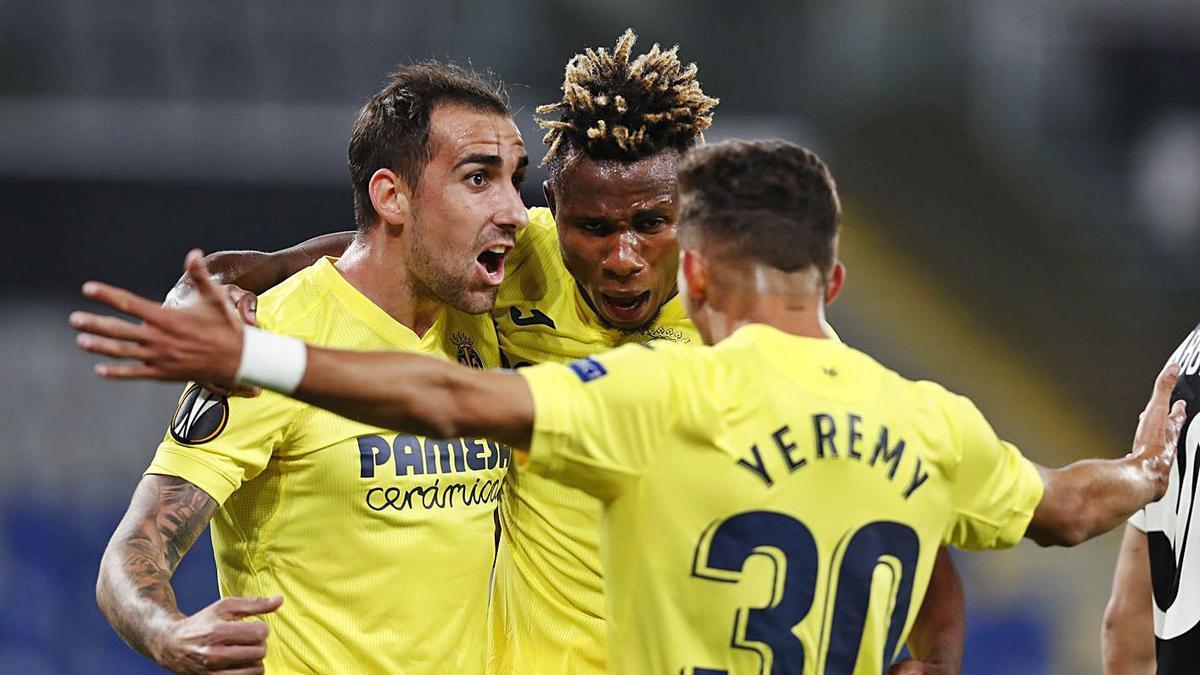 Yeremi celebra el gol junto a Paco Alcácer y Samuel Chukwueze en Montilivi, anoche.    REUTERS/MURAD SEZER