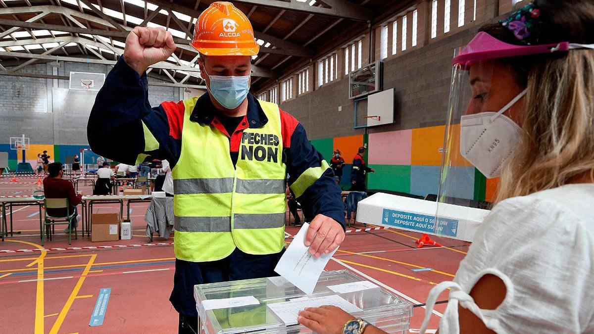 Un trabajador de Alcoa vota en un colegio electoral de Burela. // Eliseo Trigo (EFE)