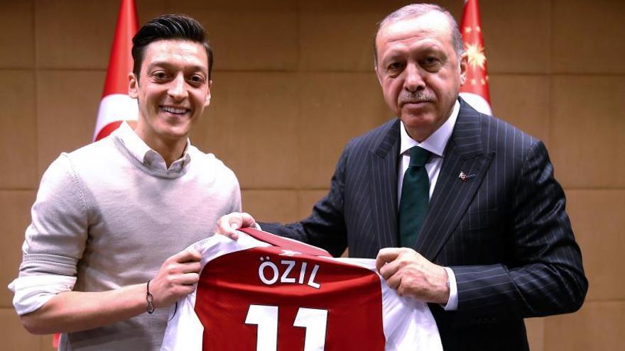 Özil deja la selección alemana con polémica por su foto con Erdogan