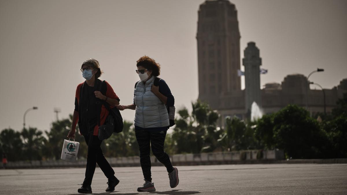 Dos mujeres pasean por Santa Cruz de Tenerife.