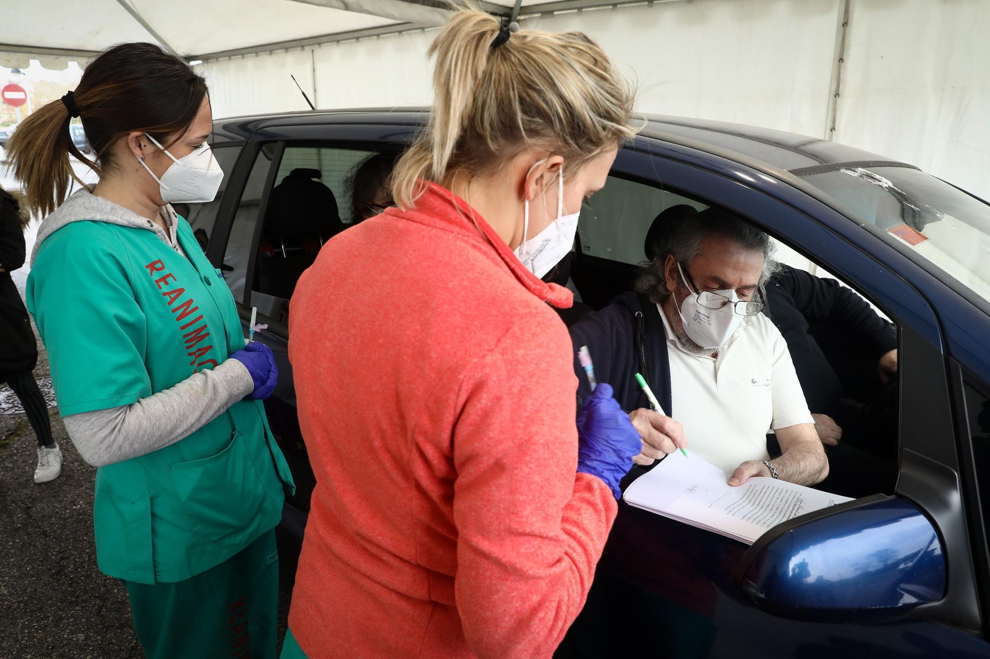 Gijón estrena su punto de vacunación desde el coche en el Palacio de los Deportes